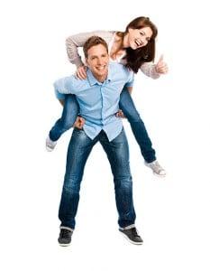 Mann hält Frau auf dem Rücken während sie Daumen nach oben zeigt