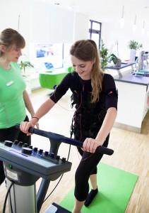 Josi trainiert im Slim-Gym Club unter Anleitung eines Personal Trainers