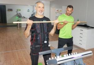 Älterer Mann macht EMS-Training im Slim-Gym Club Berlin